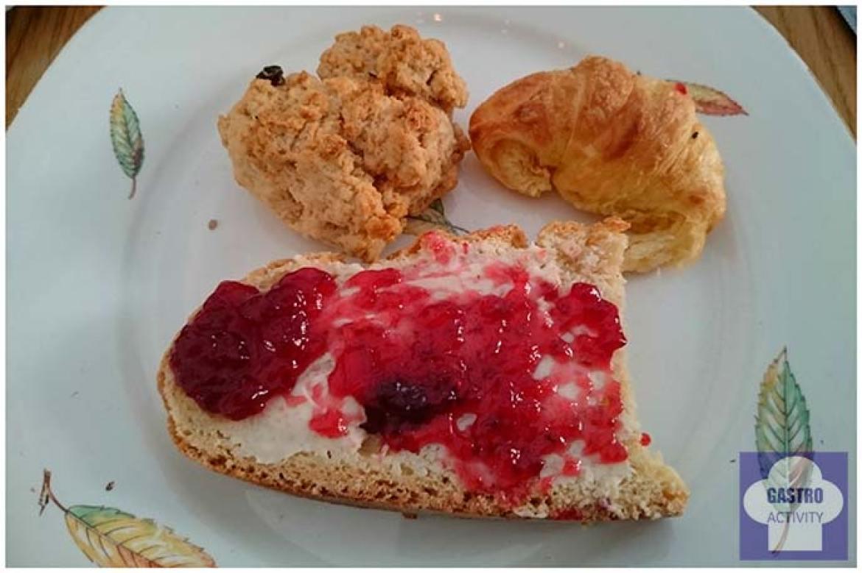 Scon, mini croissants y pan con mantequilla y mermelada