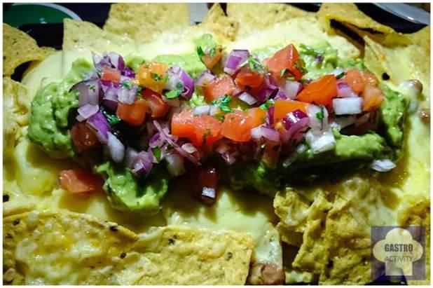 Nachos con queso gratinado, frijoles, pico de gallo y guacamole