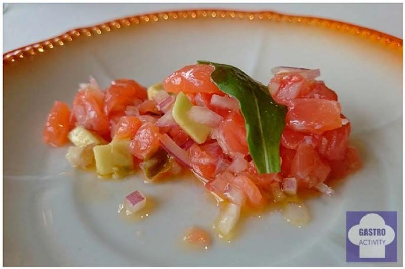 Tartar de salmón con aguacate, alcaparras y cebolla