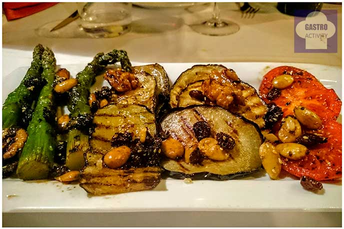 Parrillada de verduras con frutos secos en restaurante El Ruedo Candelario Salamanca