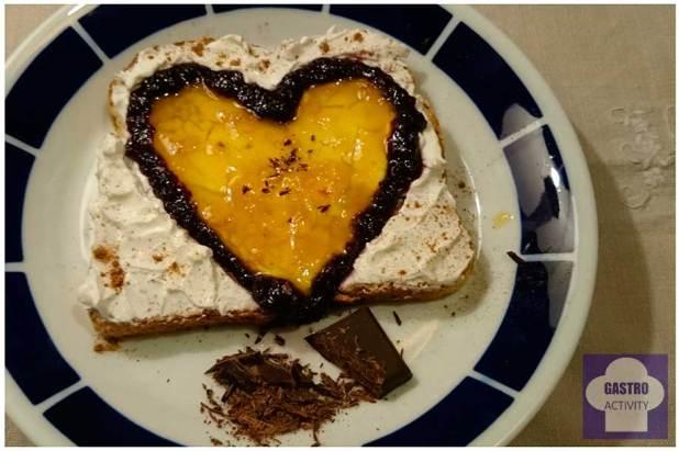 Tostadas con queso de untar, mermelada y chocolate