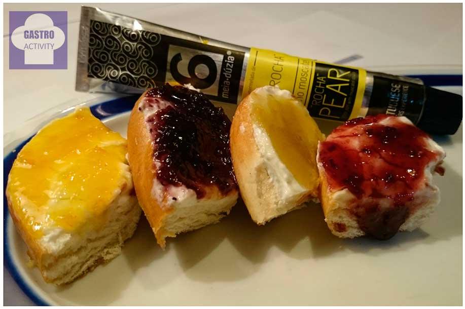 Rosco de pan con queso de untar y mermeladas