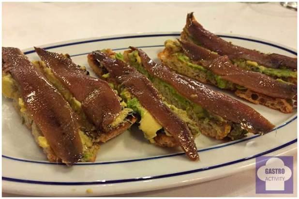 Anchoa natural del Cantabrico Serie Oro sobre una cama de aguacate Restaurante Bocaito Madrid