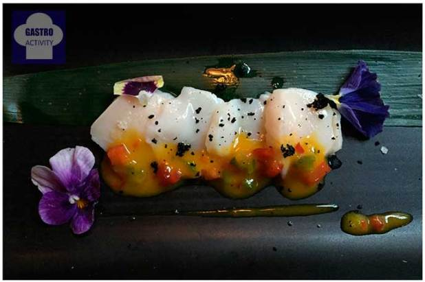 Ceviche-sashimi de vieiras con pipirrana de mango y aji amarillo Restaurante Los Montes de Galicia