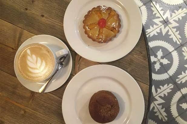 Cafe y tarta de melocoton Crusto Bakery Madrid