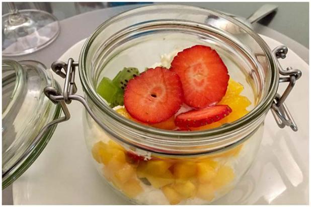 Crema de yogurt con macedonia de frutas Restaurante La Tena