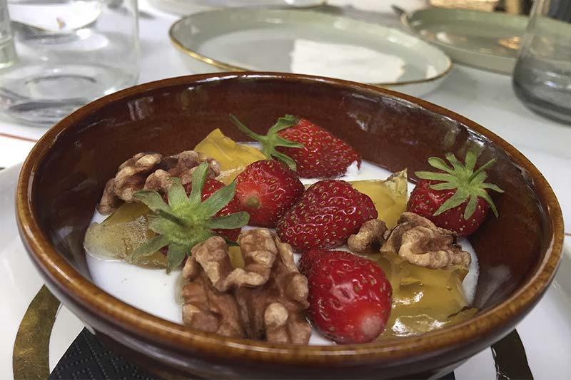 Cuajada con fresas silvestres La Huerta de Carabaña