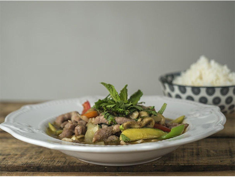 Curry verde de tiras de cerdo y verduras Nueva carta del restaurante Mi Kitxen