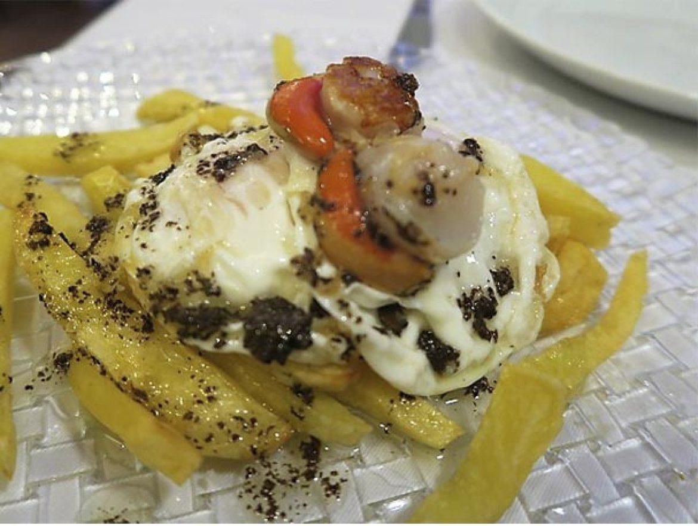 Huevos rotos con zamburinas y aceite de trufa Restaurante La Clave Madrid