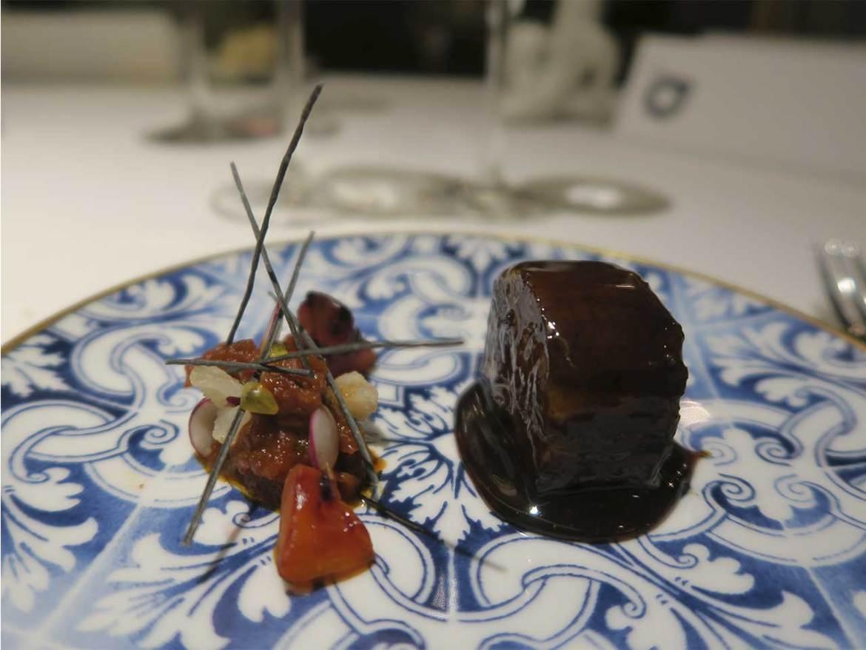 Coque Madrid Hermanos Sandoval 2 Estrellas Michelin Parpatana de almadraba con guiso de tamarillo, fruta de la pasion y sarmientos