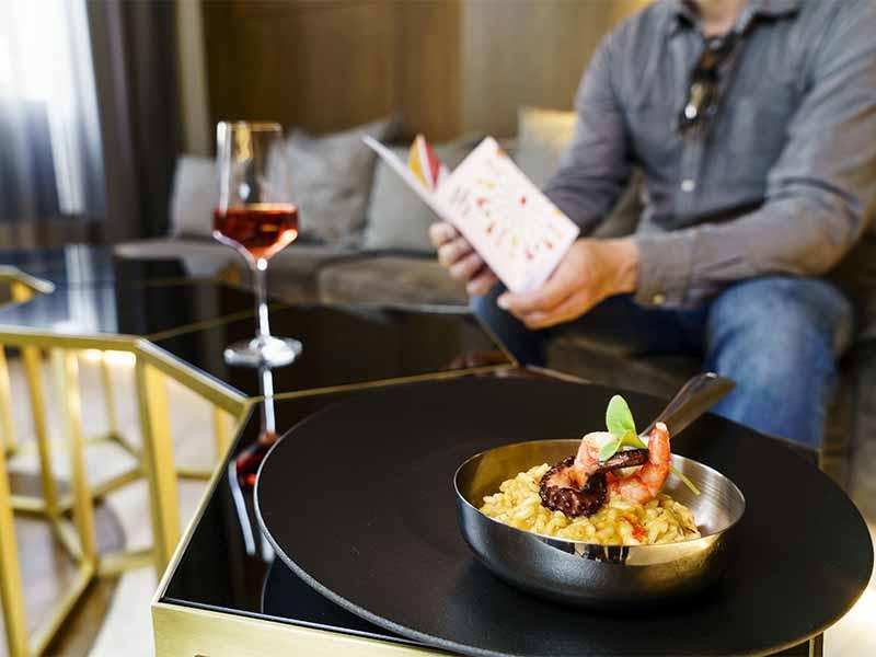 Hotel Tapa Tour 2018 Mejores Hoteles en Madrid y Barcelona Cliente tomando una tapa
