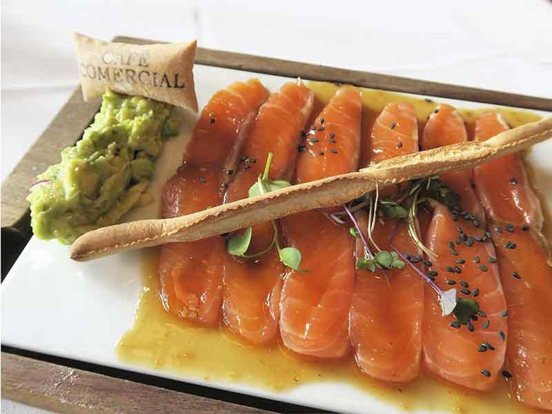 Cafe Comecial Madrid Salmon noruego marinado con citricos y aguacate