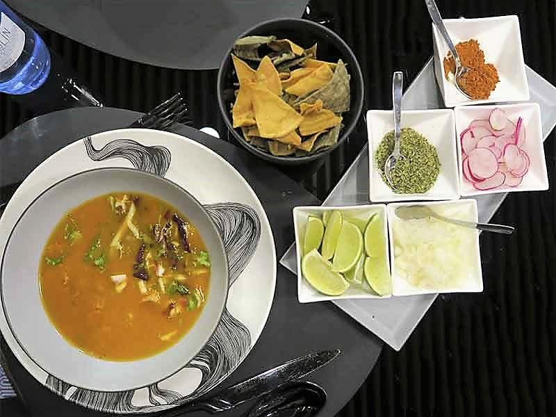 restaurante mexicano Iztacpozole rojo de pollo con guarnicion