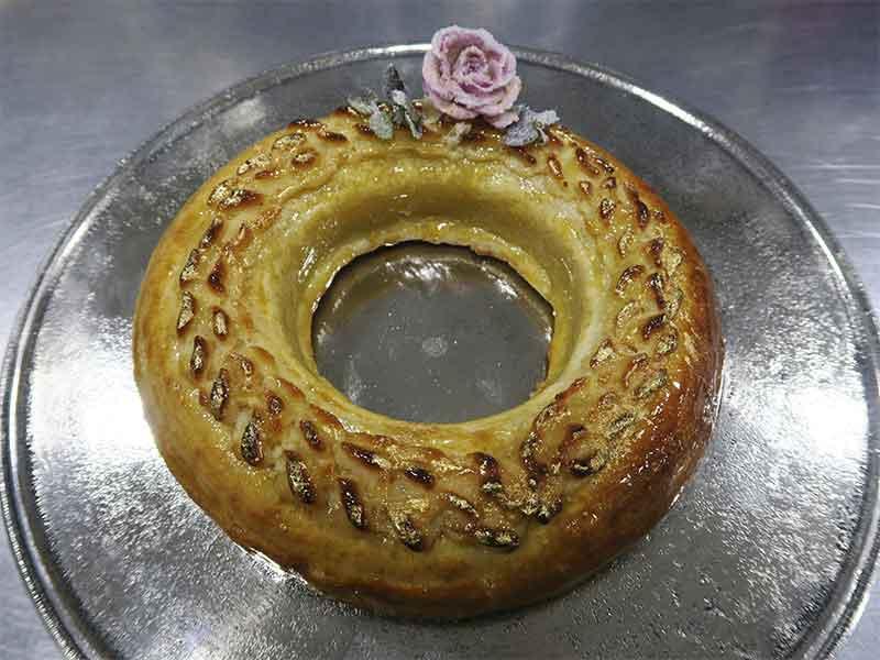 Pasteleria Ascaso Corona Catalina de Aragon el Thysen en el plato