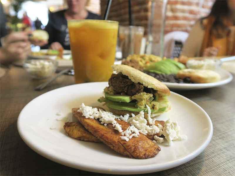 brunch venezolano restaurante Apartaco zumos tropicales