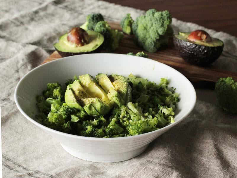 Receta de ensalada de Brocoli y Aguacate con pimienta y sal