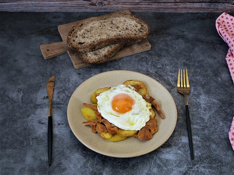 Setas al ajillo con patatas y huevo frito
