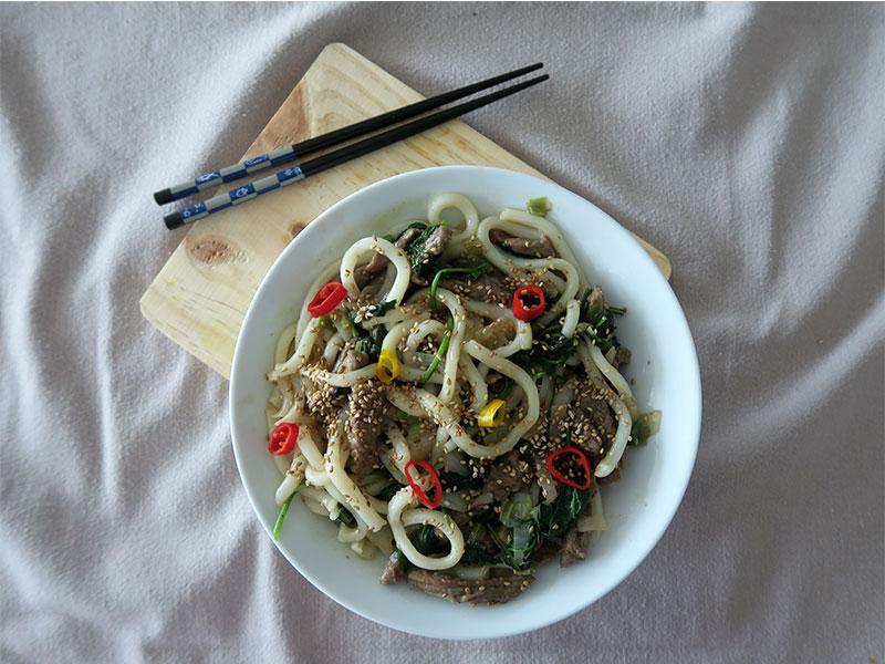 Noodles de udon con ternera verduras y sesamo