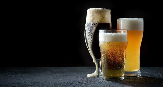 copa y vasos de cerveza
