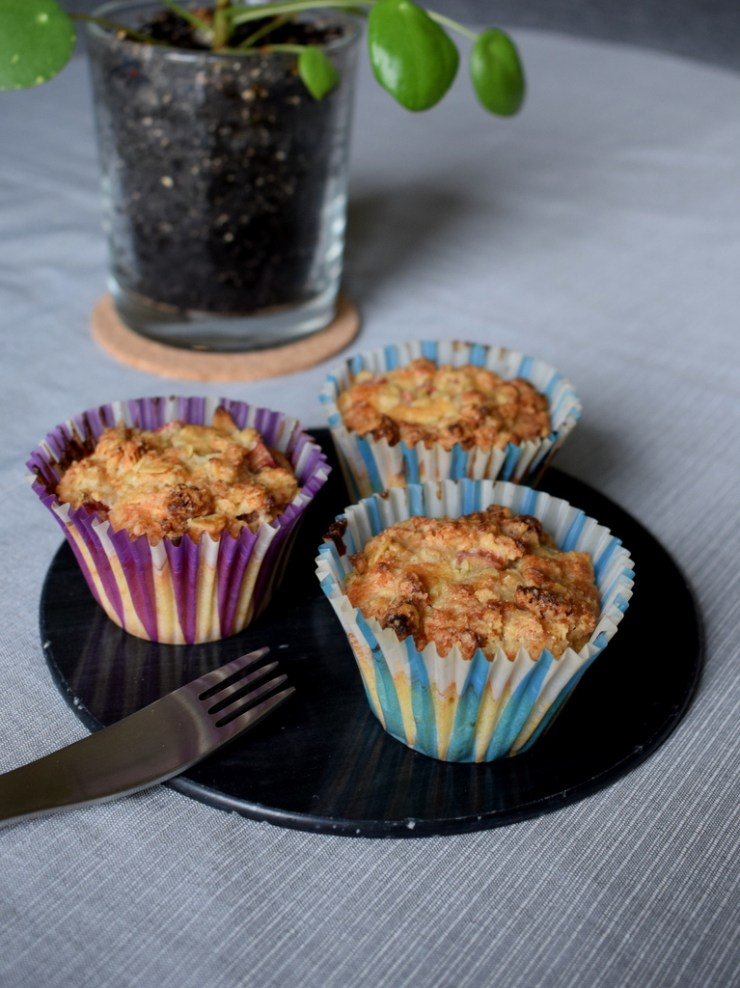 glutenfrie rabarbar muffins med sprød crumble, marcipan, low fodmap
