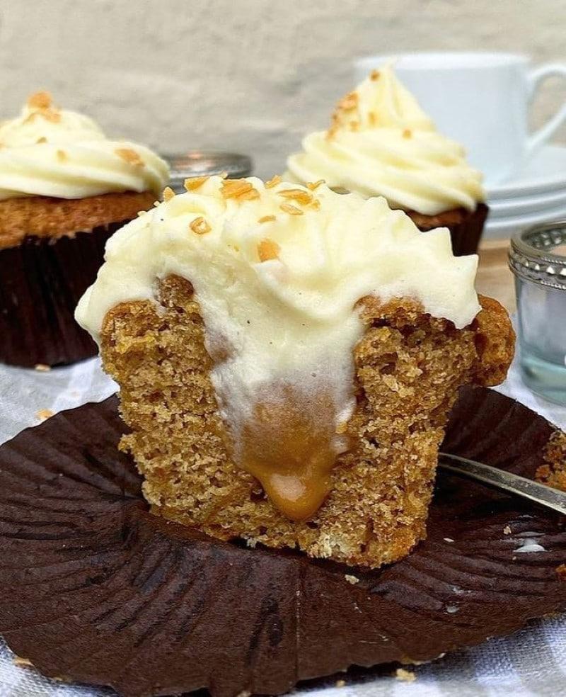 Graeskarmuffins-med-karamel-og-frosting
