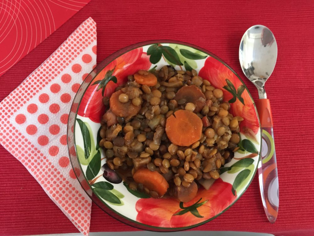 A főzési idő lejártakor elkészültél ezzel az enyhén füstölt, kellemesen fűszeres, mennyeien ízletes zöldséges lecsével, amelyet nem csak az Új Év első napján, hanem az év bármely szakában fogyaszthatsz.