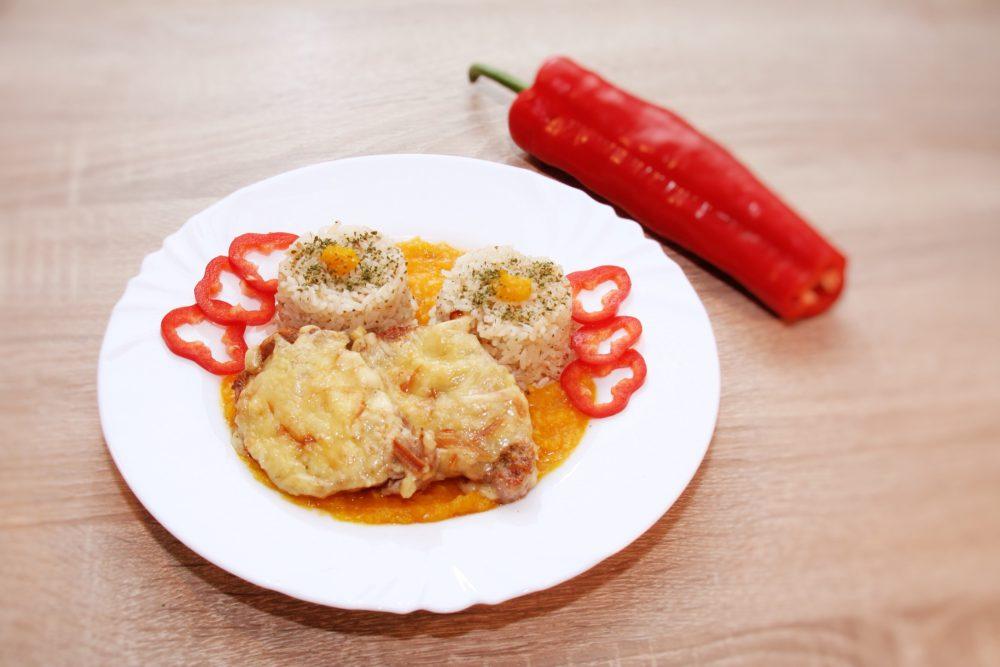 Fűszervajas karaj füstölt sajttal, narancsos sütőtök lekvárral