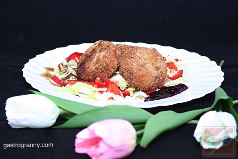 Rántott sajt áfonya mártással, saláta ágyon