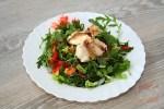 Serpenyős tilápia salátaágyon
