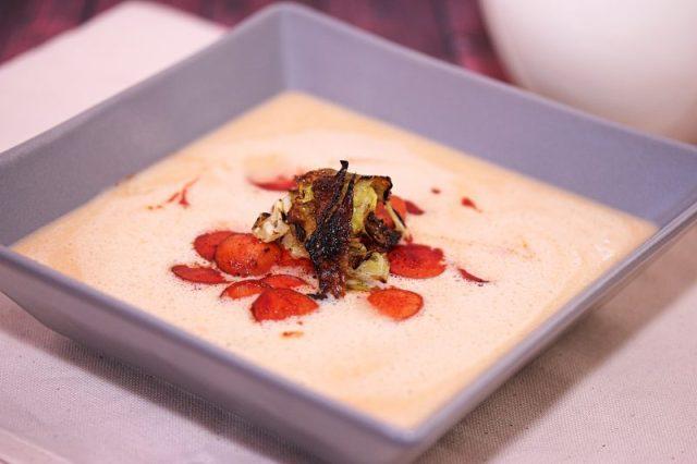 Tökéletes karfiolkrém leves sült virslivel, roppanós kelkáposzta levéllel