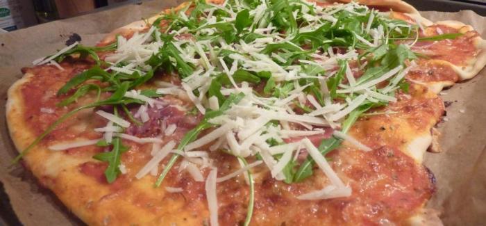 Hjemmelavet Gourmetpizza med parmaskinke, rucola og parmesan