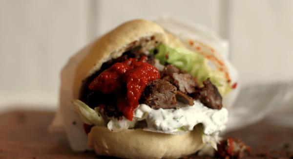 Junk Food Deluxe: Perfekt pita kebab med hjemmelavet creme fraiche dressing