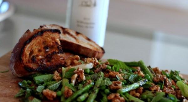 Grillet Sommersalat med forårsløg, asparges, ærter og mynte
