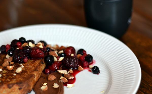 French toast, råsyltede bær, nødder og Nutella