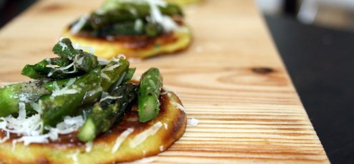 Fynsk forårstapas: Kartoffelblinis, asparges, parmesan
