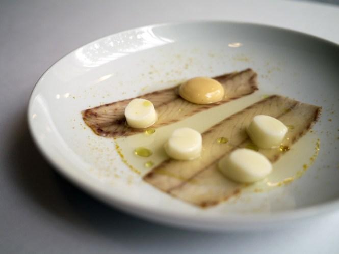 En fænomenal ret, der med sin komplekse simplicitet begejstrede; røget ål, græskarconsommé og parmesangnocchi.