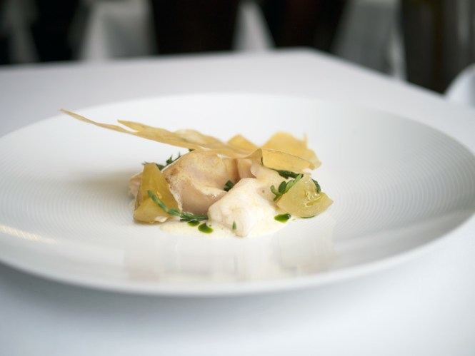 Den elegante havbars med grønne tomater smagte skønt, og kartoffelchippen på toppen tilførte lidt lækker fedme.