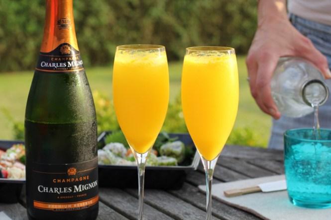 Dinner i served og ja, hvis man lige deler en flaske bobler, så bliver dagen meget bedre...