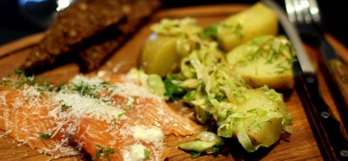 Sensommermad: Laks med spidskål og rigeligt parmesan
