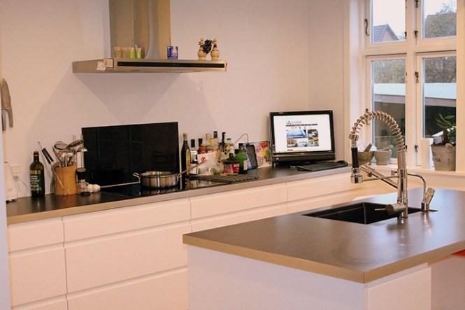 Arbejdsø i midten af det åbne køkken