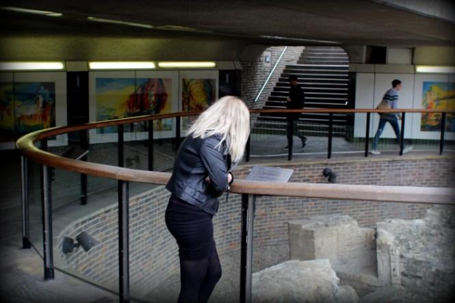 Marlene kigger på de første sten lagt til Tower Of London...