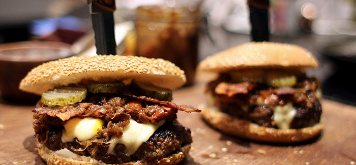 BUJA: Bisonburger w. Sugar Coated Bacon & Bourbon Glazed Onions