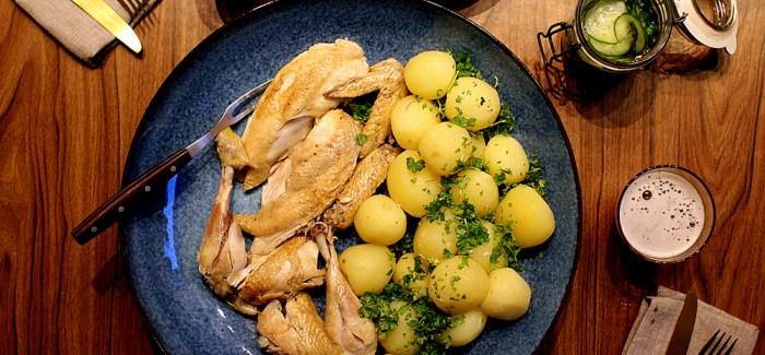 """Grydestegt Kylling med """"Skilt sovs"""" og råsyltede agurker"""
