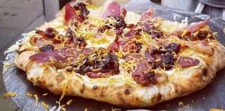 Hjemmelavet stenovnspizza med røget and, balsamicoløg og karamelsten
