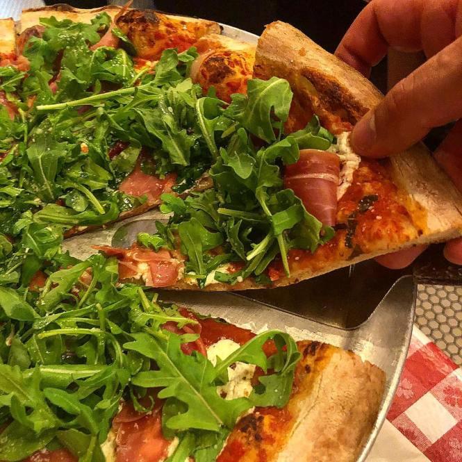 Pizza på Lombardi's i New York