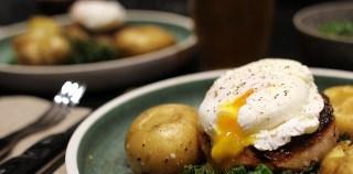 Koteletter med pocheret æg og vinterkål