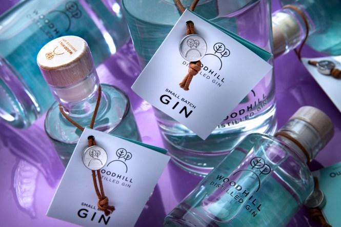 Woodhill Gin med hangtag & folder med serveringsforslag.