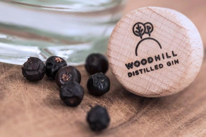 Blot én af de mange lækre detaljer, du kan opleve på Woodhill Gin flasken - nemlig det brændte logo i stopperen.