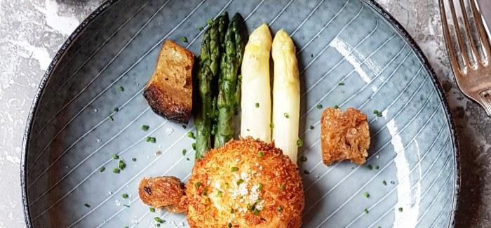 Pocheret, friteret æg med smørkogte asparges, nye danske kartofler og bearnaisesauce