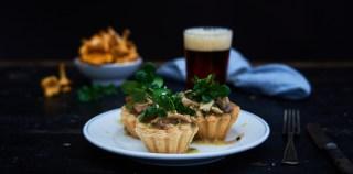 Tarteletter med kylling, kantareller og spinat